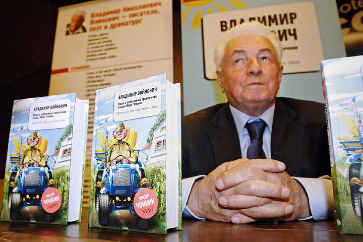 Скульптуру героя романа Владимира Войновича установили намогиле писателя